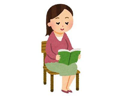 日記を読み返す女性